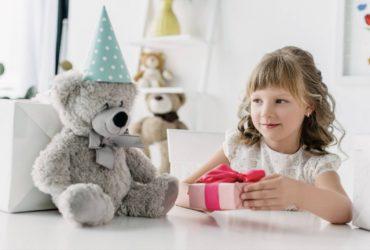 dziecko z prezentami