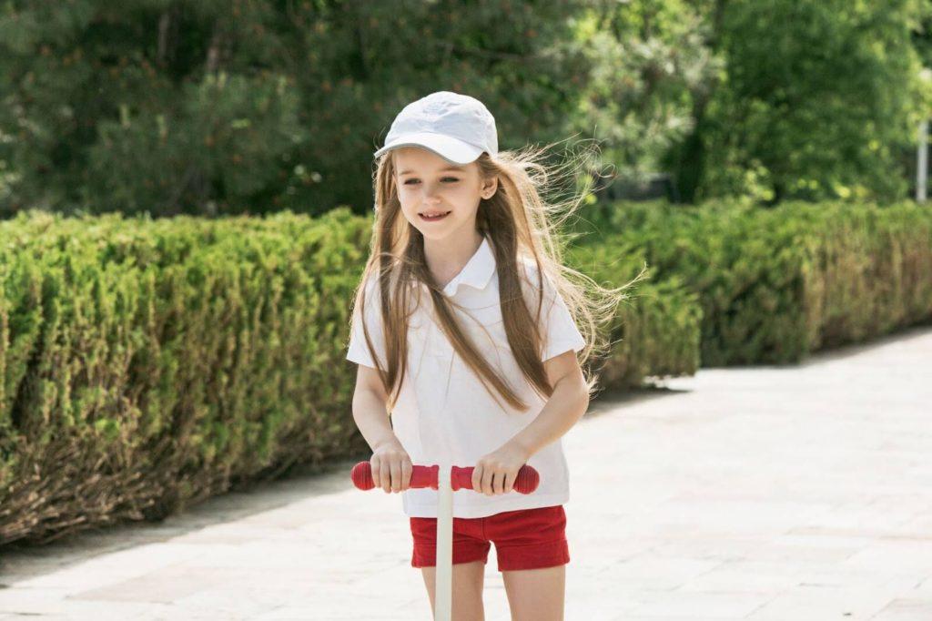 dziewczynka na hulajnodze